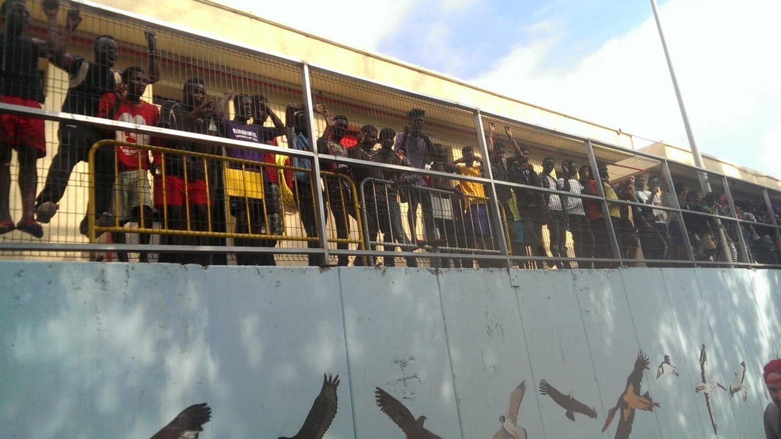 Migrants residents al CETI donen la benvinguda a les persones que han saltat avui la tanca