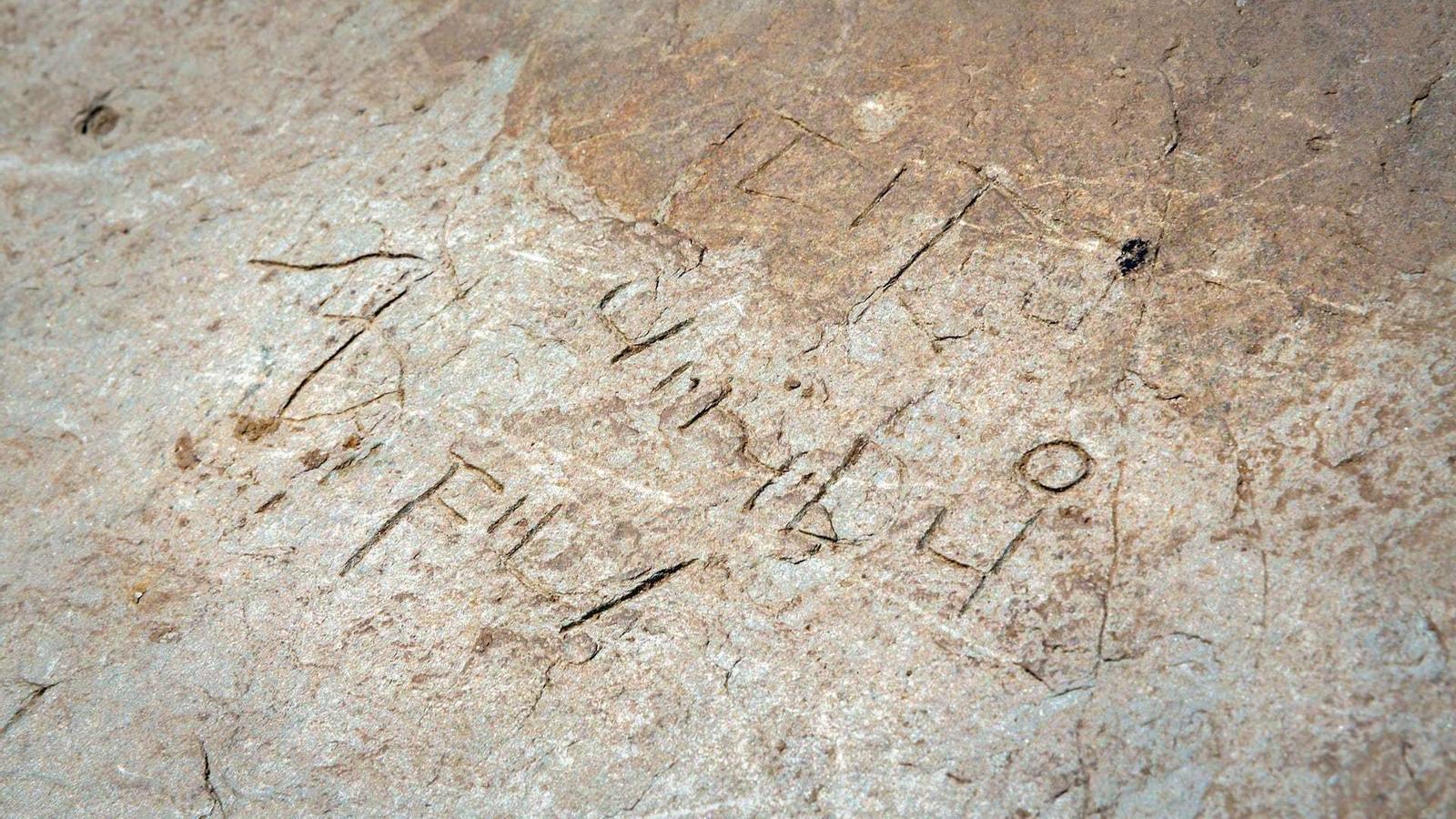 La inscripció del segle VII on es llegeix 'fili'