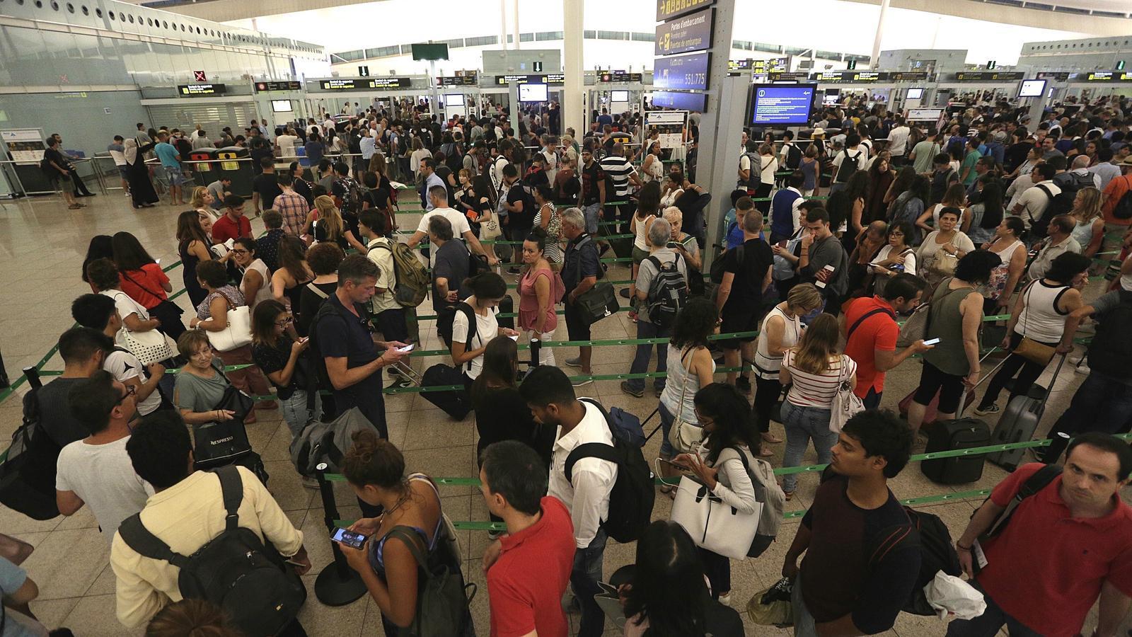 Es cronifiquen les cues a l'aeroport del Prat encara que no hi hagi vaga