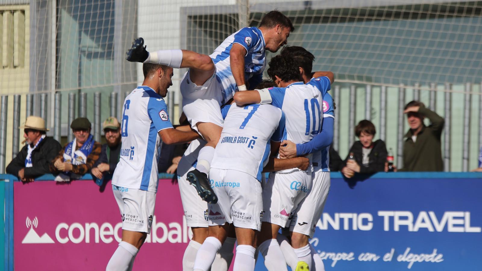 Els jugadors de l'Atlètic Balears celebren el gol de la victòria a Son Malferit
