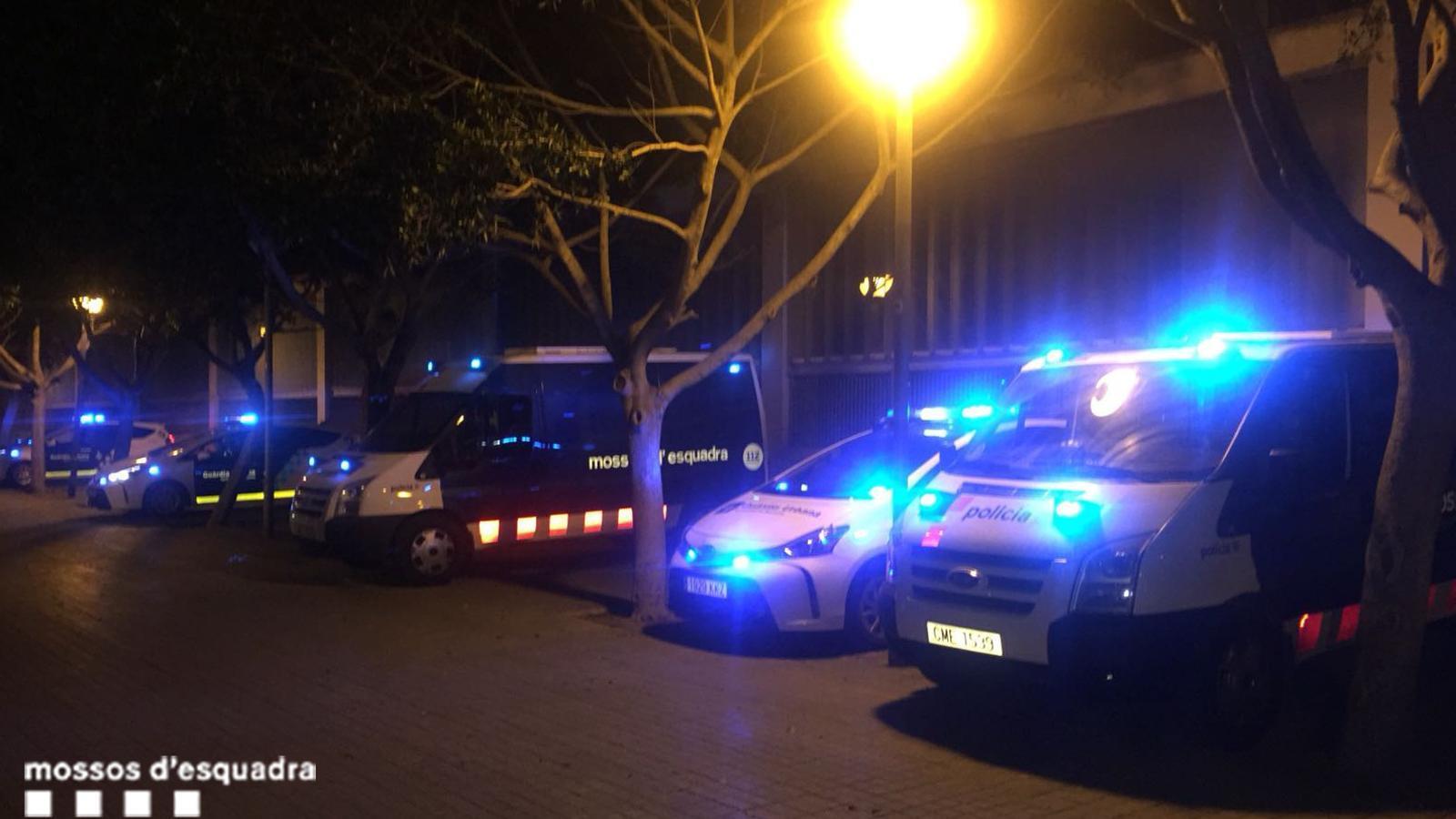 Vehicles dels Mossos d'Esquadra i de la Guàrdia Urbana que han participat al dispositiu conjunt de la Barceloneta