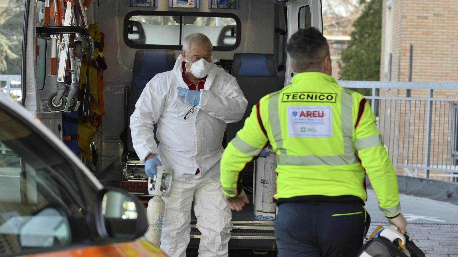 Un treballador sanitari a l'Hospital Cívic Codogno, a Lodi, al nord d'Itàlia