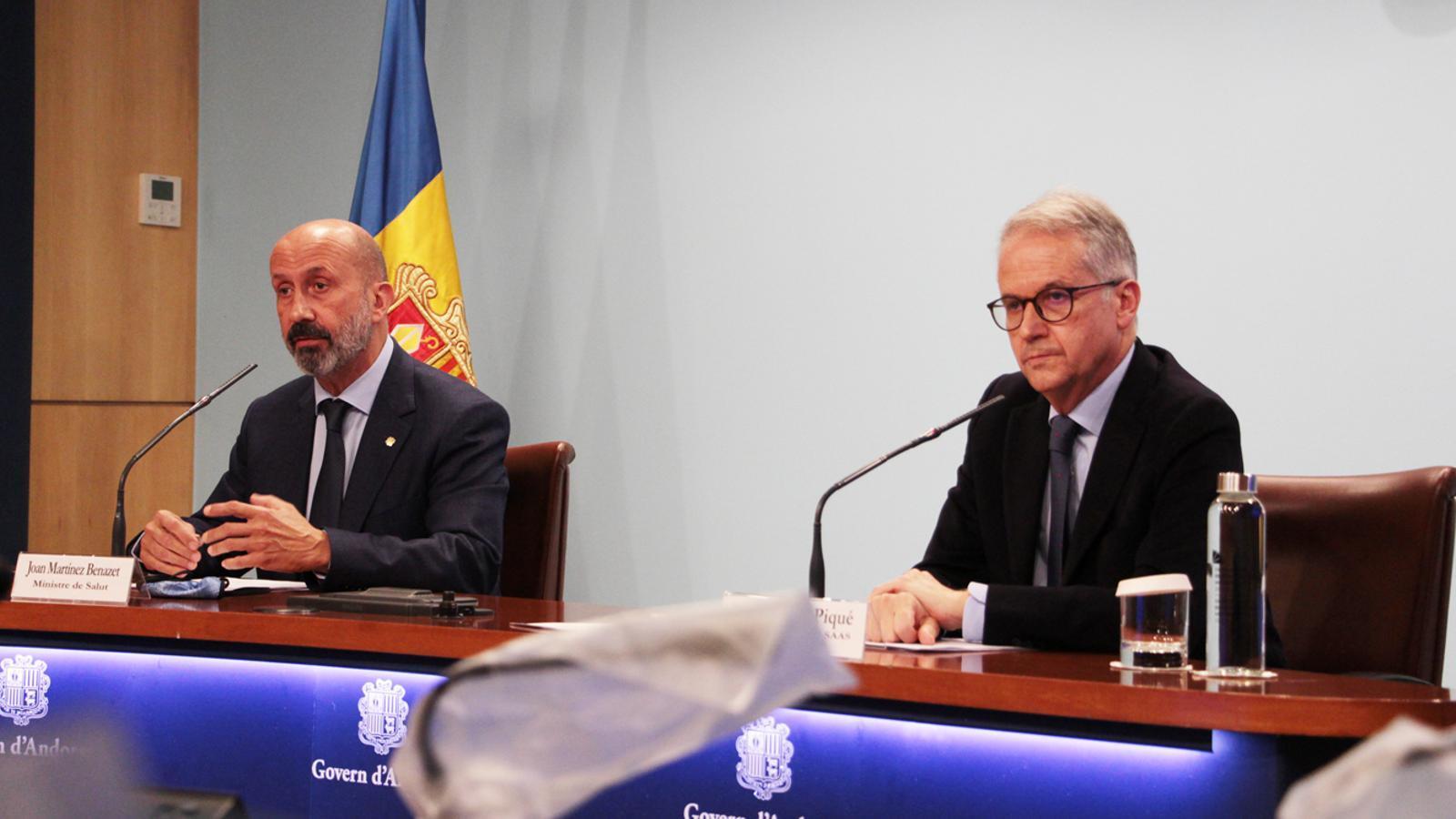 El ministre de Salut, Joan Martínez Benazet, i el director general del SAAS, Josep Maria Piqué, durant la roda de premsa d'aquest dijous. / M. P. (ANA)
