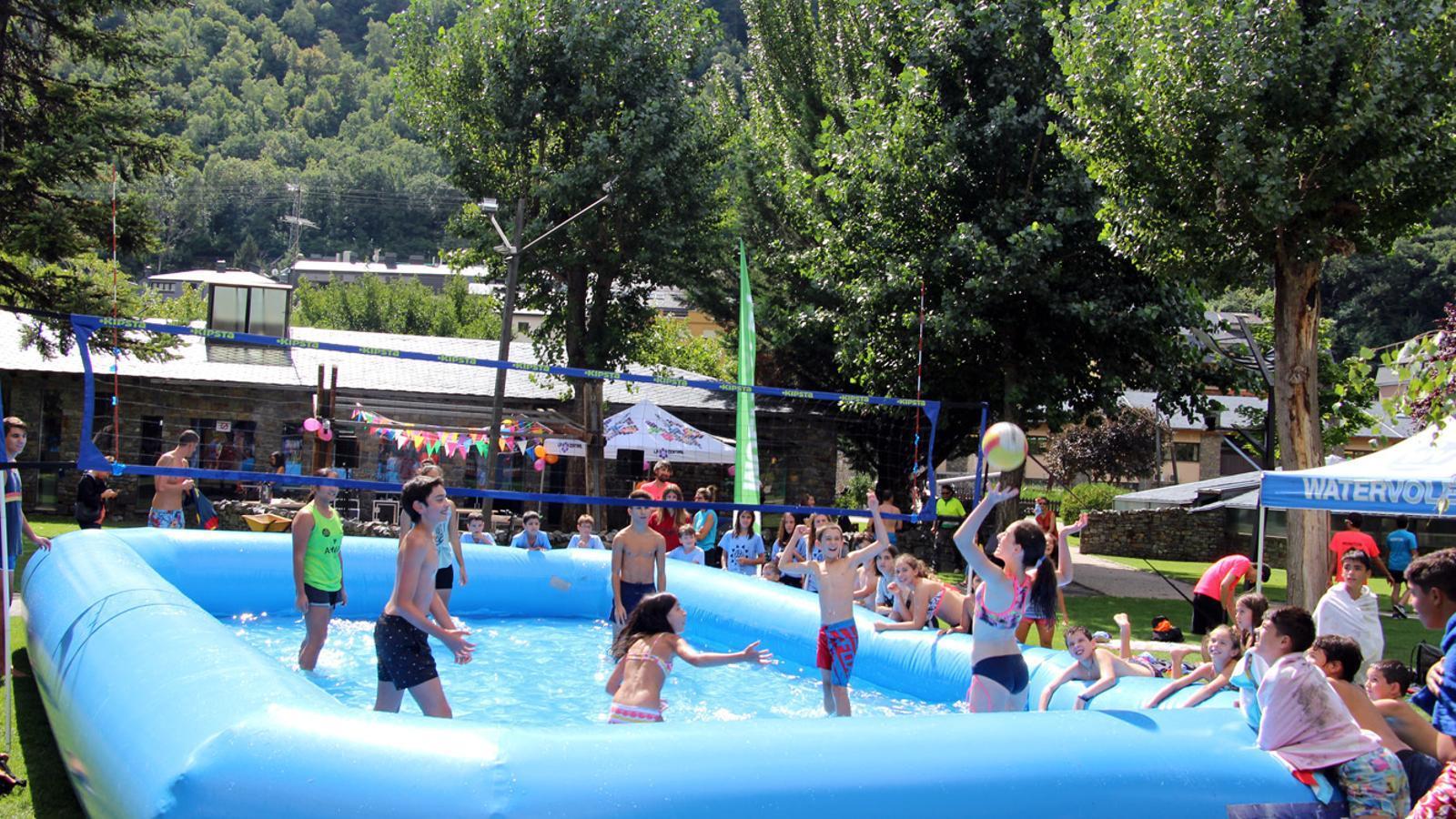 Partit de watervòlei al Parc Central per tancar la programació d'estiu de la Central. / T. N. (ANA)