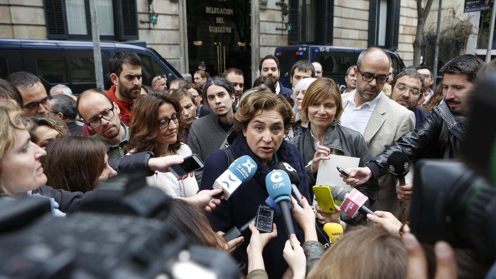 Ada Colau, durant la concentració davant de la delegació del govern espanyol.