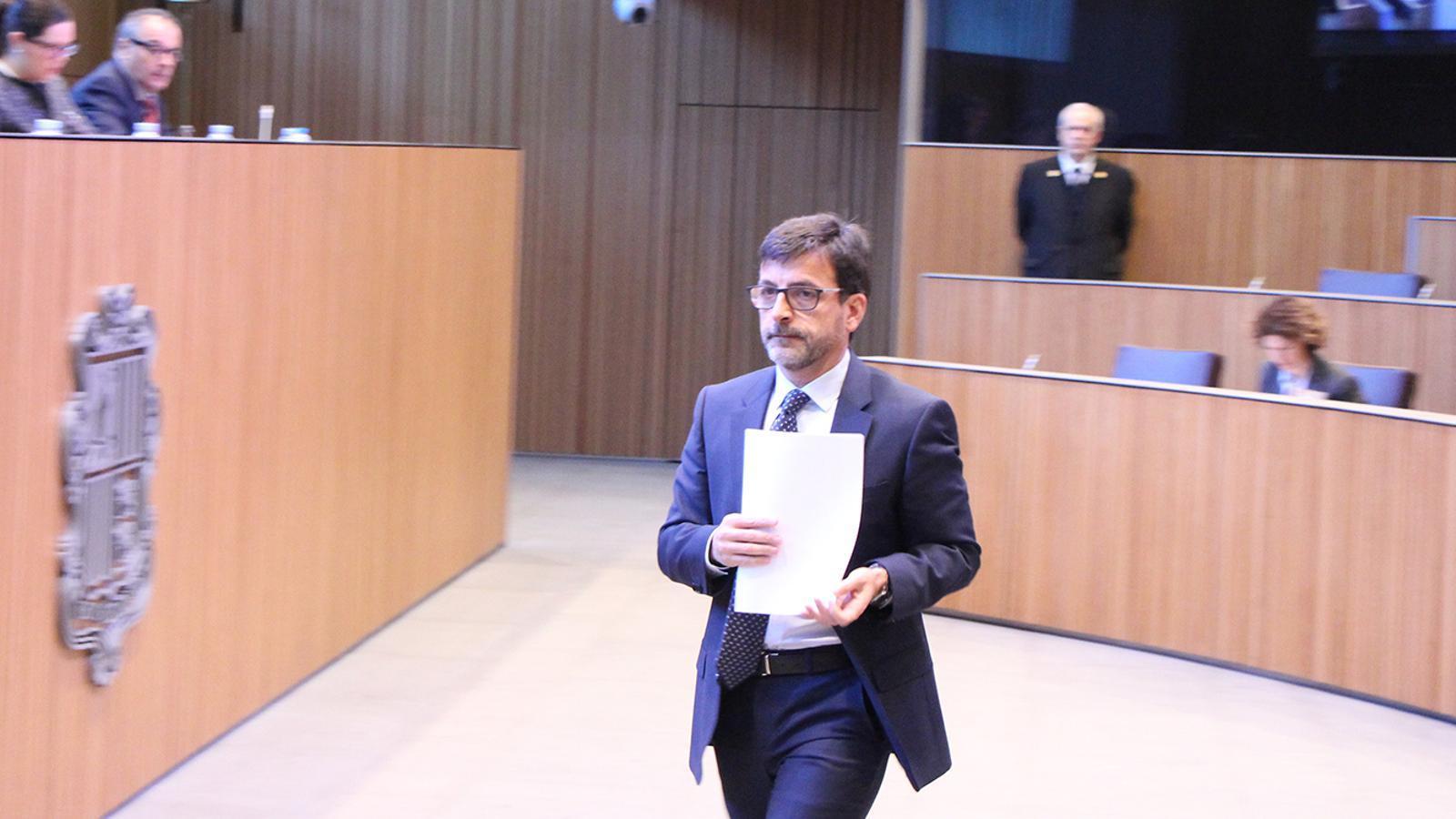 El ministre de Finances, Jordi Cinca, dirigint-se a la tribuna. / M. F. (ANA)