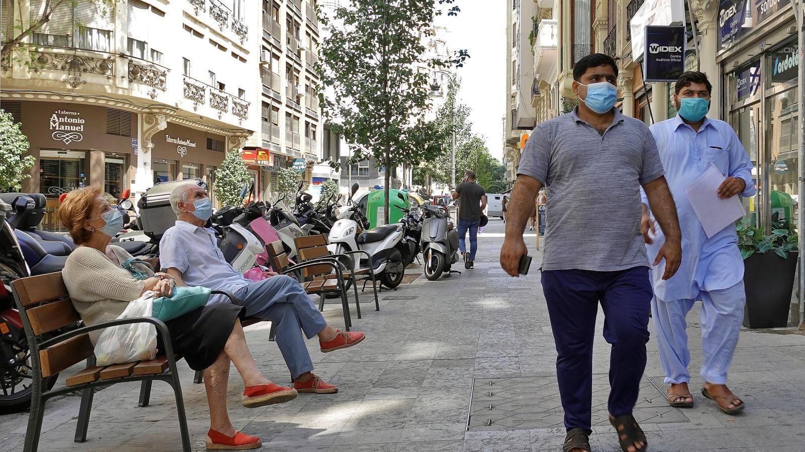 Diverses persones protegides amb mascareta al centre de València