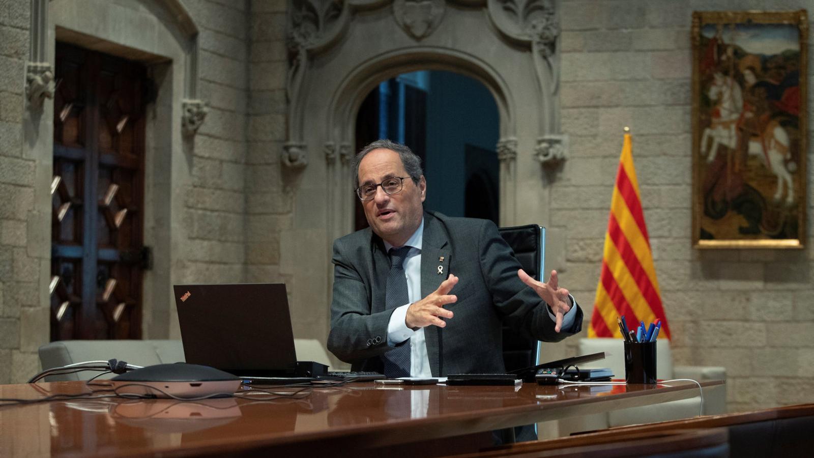 01. El president de la Generalitat, Quim Torra. 02. Una dona onejant dues banderes el 29 de febrer a Perpinyà.