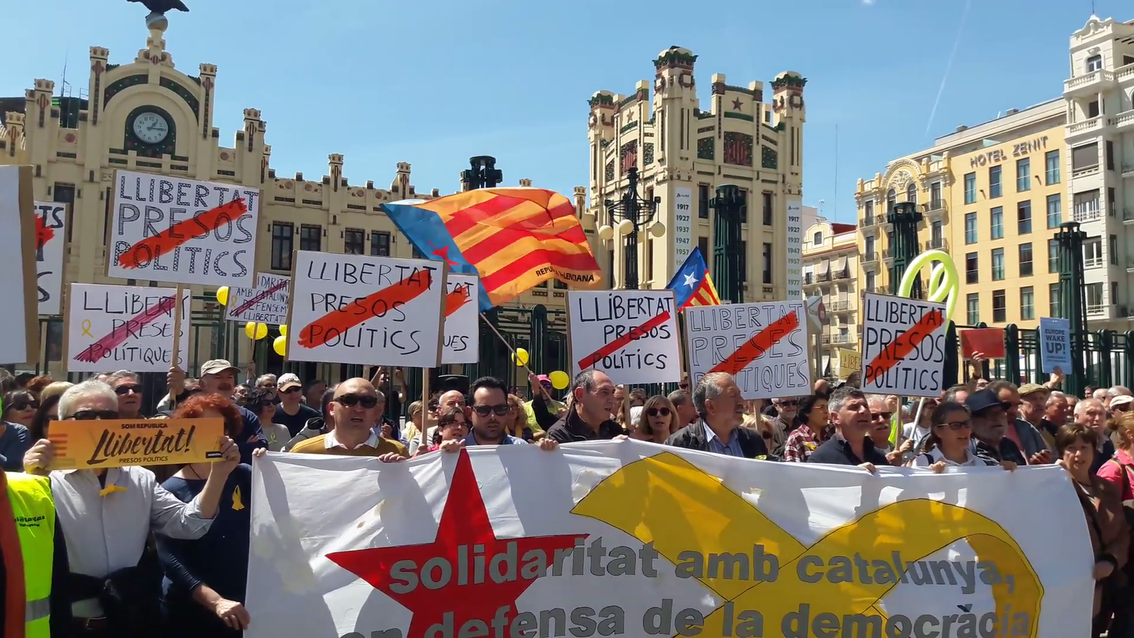 Centenars de valencians reclamen la llibertat dels presos polítics i el retorn dels dirigents catalans exiliats