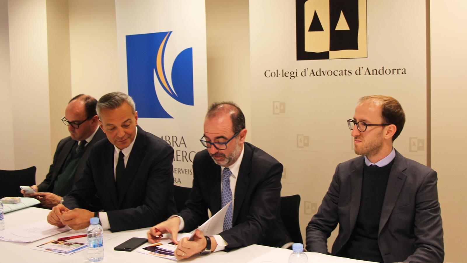 D'esquerra a dreta, el secretari general del comitè espanyol de la Cambra de Comerç Internacional (CCI), Jordi Sellarés; el coordinador de la comissió d'arbitratge del Col·legi d'Advocats d'Andorra, Joan Monegal; el vicepresident de la Cambra de Comerç, Indústria i Serveis d'Andorra, Jordi Daban, i el conseller de la Cort d'arbitratge del CCI, Juan Pablo Argentato. / E. J. M.