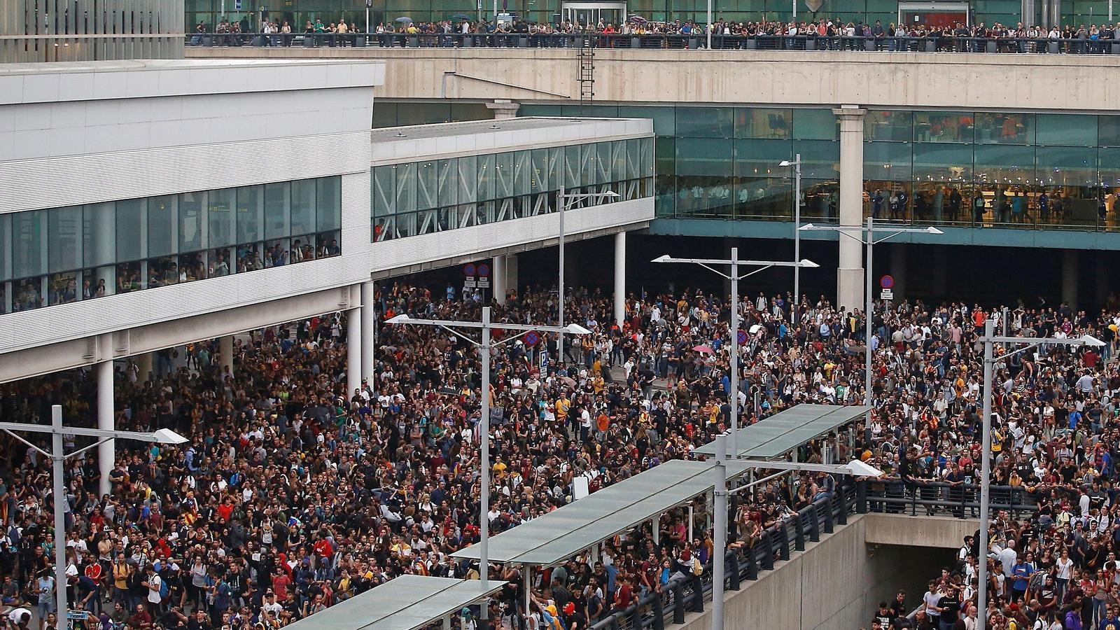 La zona d'embarcament de la T1, totalment col·lapsda de manifestants