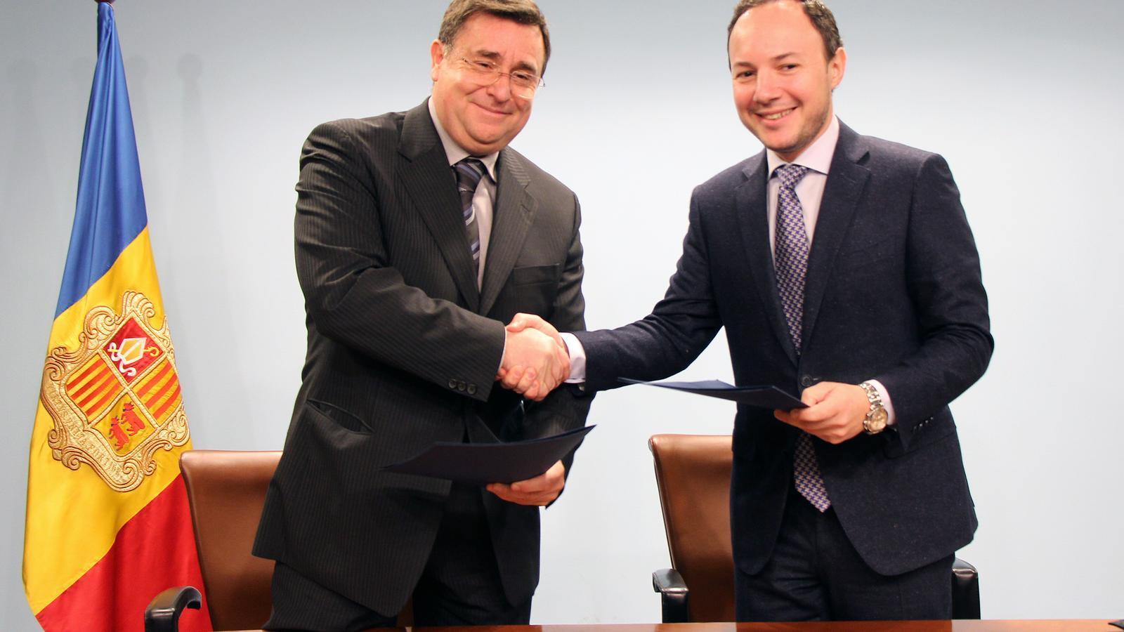 El president de la Comissió Gestora del Fons de reserva de jubilació de la CASS, Josep Delgado, i el ministre d'Afers Socials, Justícia i Interior, Xavier Espot, signen l'acord d'arrendament de l'edifici de l'antiga residència del Solà d'Enclar.
