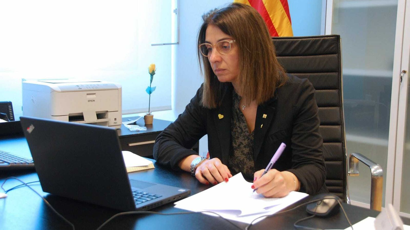 La portaveu, Meritxell Budó, participant en la reunió del Govern per videoconferència.