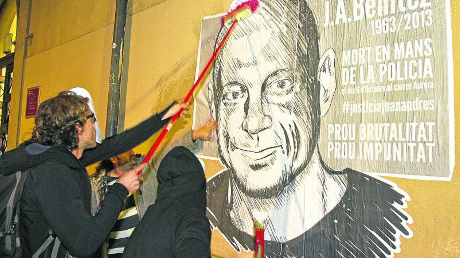 UN CAS QUE HA SACSEJAT CIUTAT VELLA  Els veïns del Raval han protagonitzat actes de protesta per l'actuació dels Mossos en la detenció de Benítez, com aquesta del 30 d'octubre.