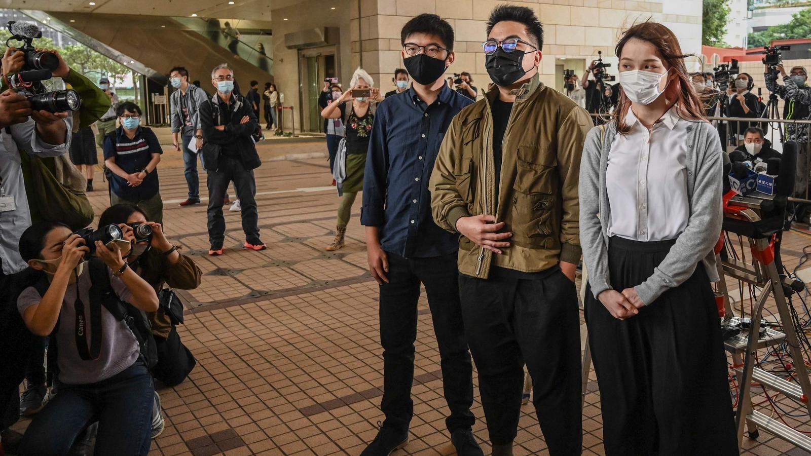 D'esquerra a dreta, Joshua Wong, Ivan Lam i Agnes Chow, els tres activistes pro-democràcia de Hong Kong jutjats aquest dilluns