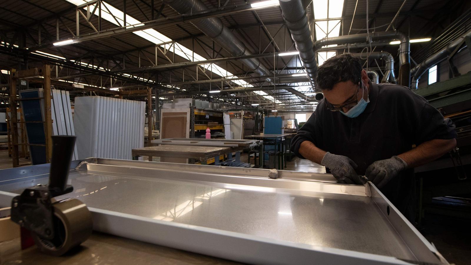 Un empleat de l'empresa Desmon SPA, a la factoria de Nusco, a 90 quilòmetres a l'est de Nàpols, treballa en la fabricació dels frigorífics especials en què es transportarà la vacuna de Pfizer des de les plantes de Bèlgica i Alemanya a tota Europa