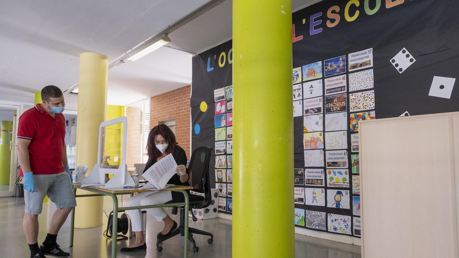Contractar professors sense el màster i adaptar el currículum: mesures extraordinàries per al curs escolar