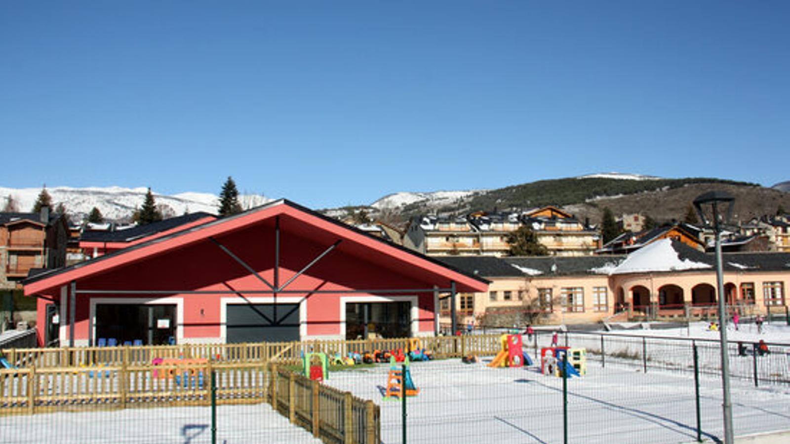 La nova escola de Llívia, en primer pla, i la vella, al fons a la dreta. / ACN