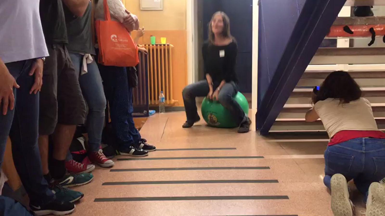 """Vídeo dins Escola Dovella, El Clot:  """"Votarem!"""""""