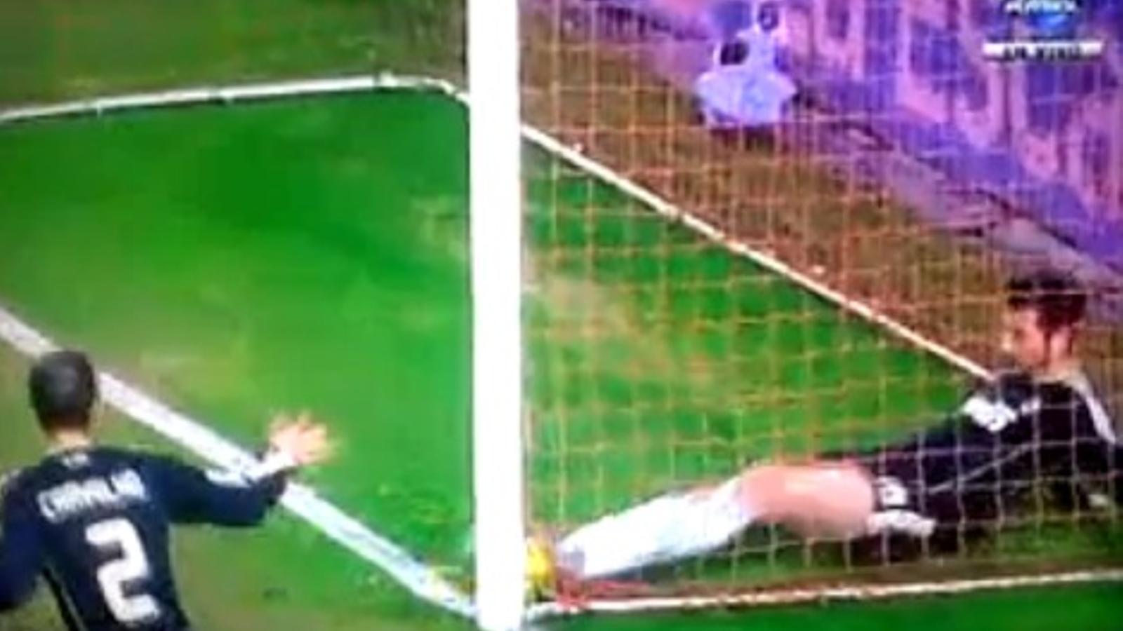 El gol legal anul·lat al Sevilla, en el partit de Copa contra el Madrid
