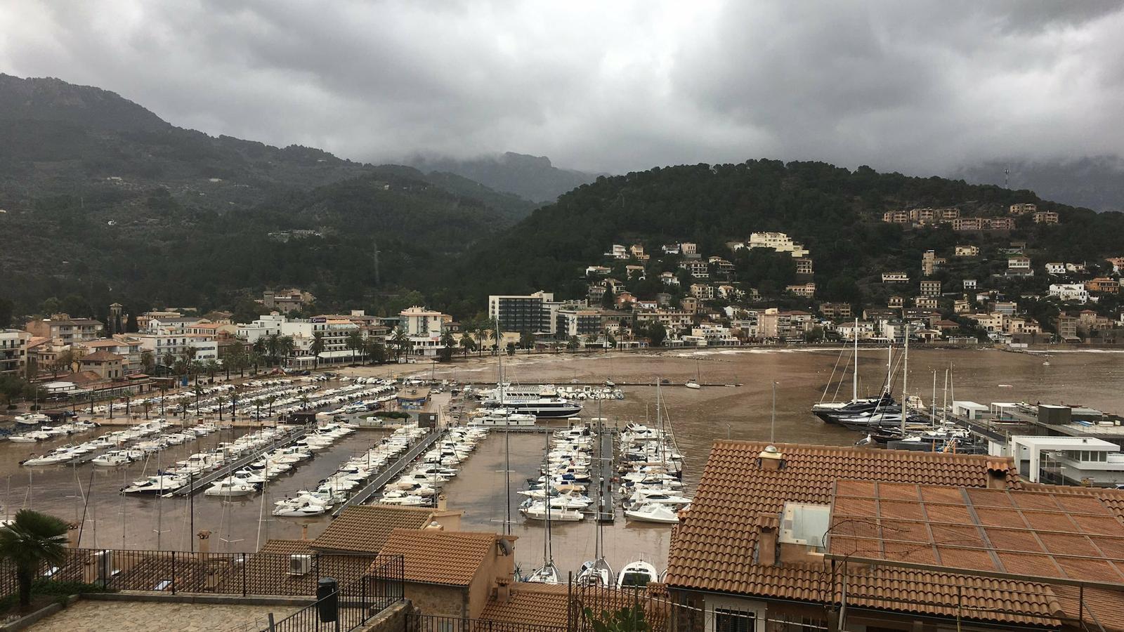 Les pluges desborden deu torrents a Mallorca