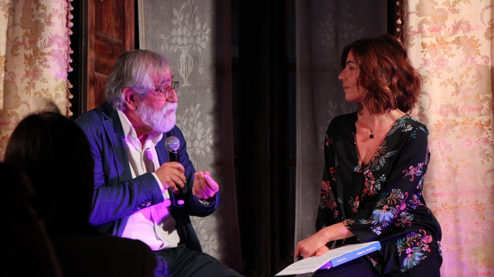 L'escriptor i periodista Vicenç Villatoro conversa amb Rosa Burgos, presentadora de l'acte. / T. N. (ANA)