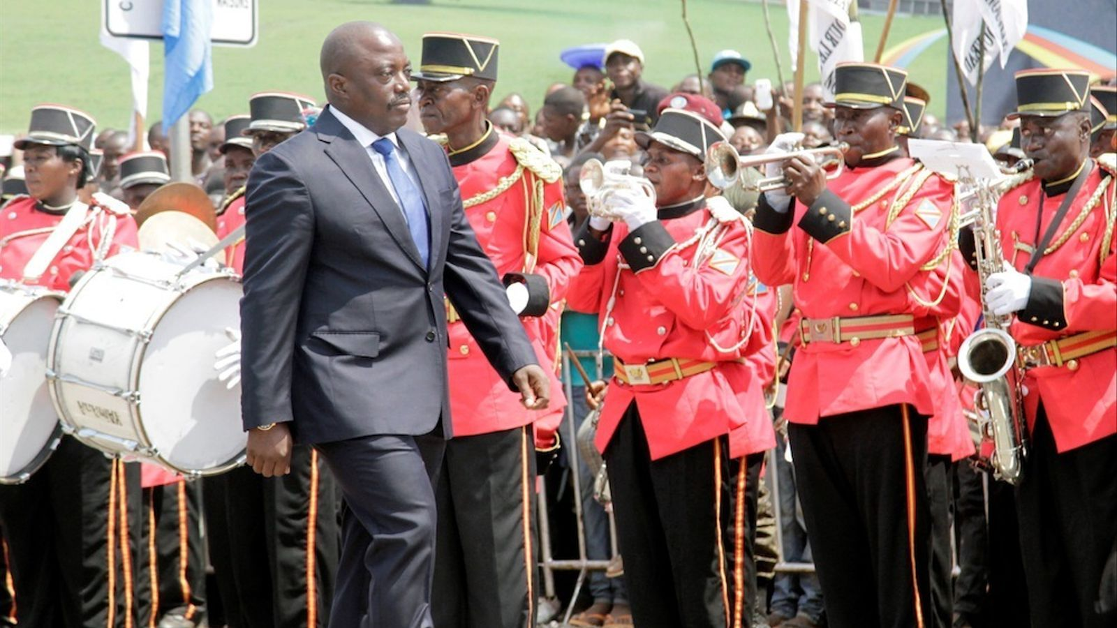 El president Joseph Kabila passa revisa a la guàrdia militar.