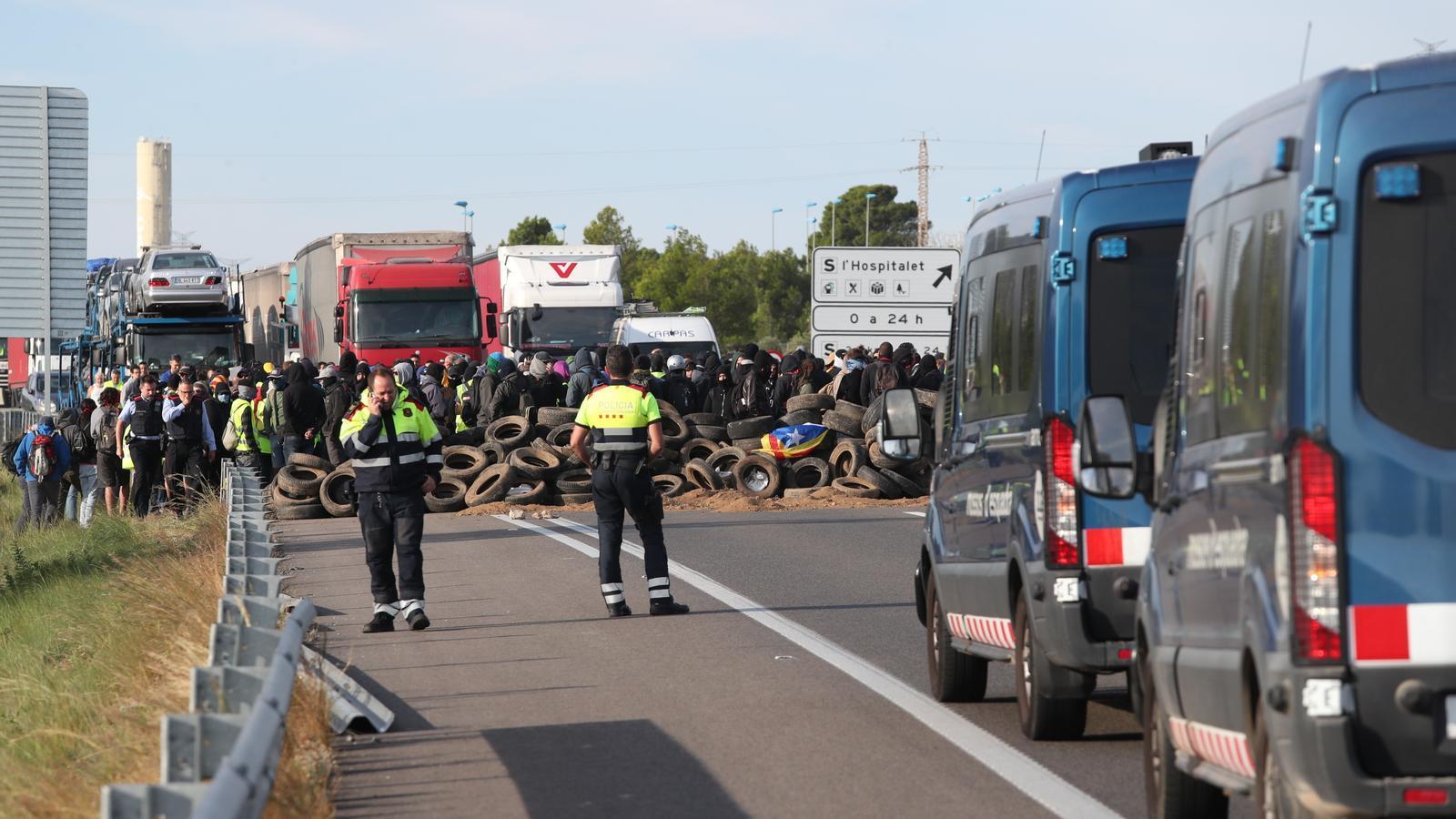 Els antiavalots mantenen un cordó de seguretat entre els CDR Tarragona i els conductors atrapats pel tall a l'autopista AP-7 a l'Hospitalet de l'Infant.