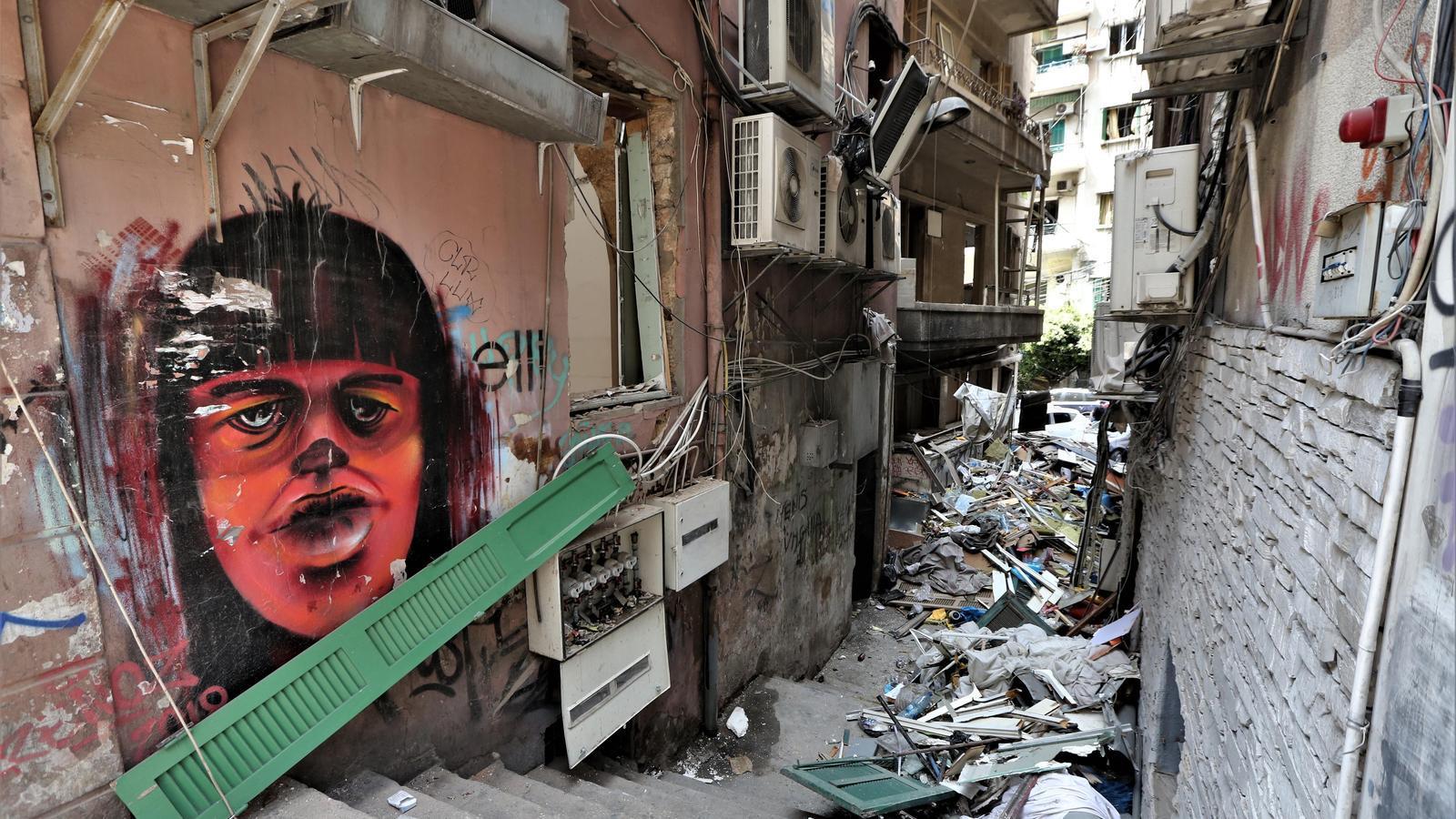 Estat d'un dels carrers de Beirut després de l'explusió de dimarts al port de la capital