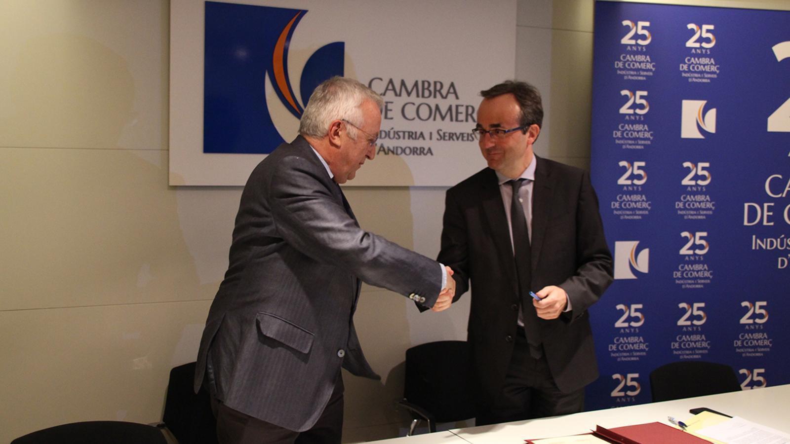 El president de la Cambra, Miquel Armengol i el director general adjunt de BancSabadell d'Andorra, Josep Segura es donen la mà després de signar l'acord. / B. N. (ANA)