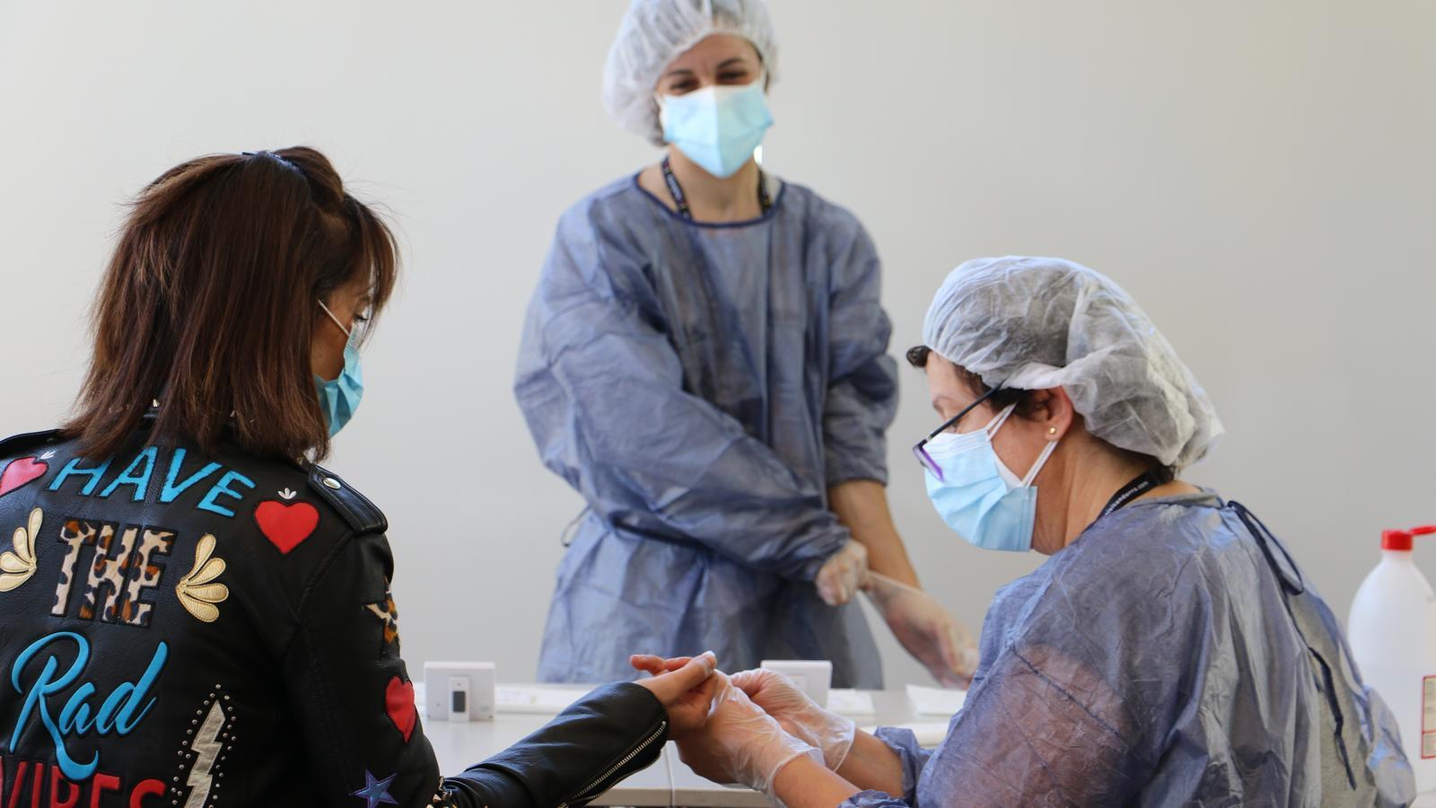 una dona se sotmet a un test d'anticossos a Andorra la Vella. / E.C. (ANA)