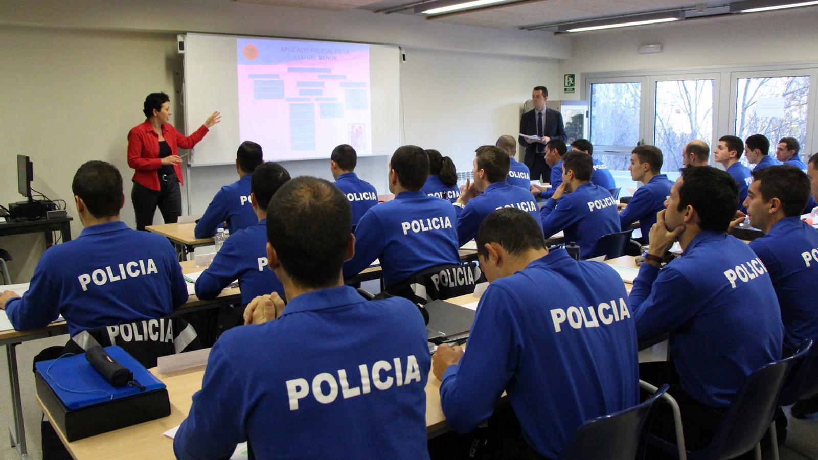 Una formació teòrica de la 53a promoció d'agents de policia. / C. G. (ANA)