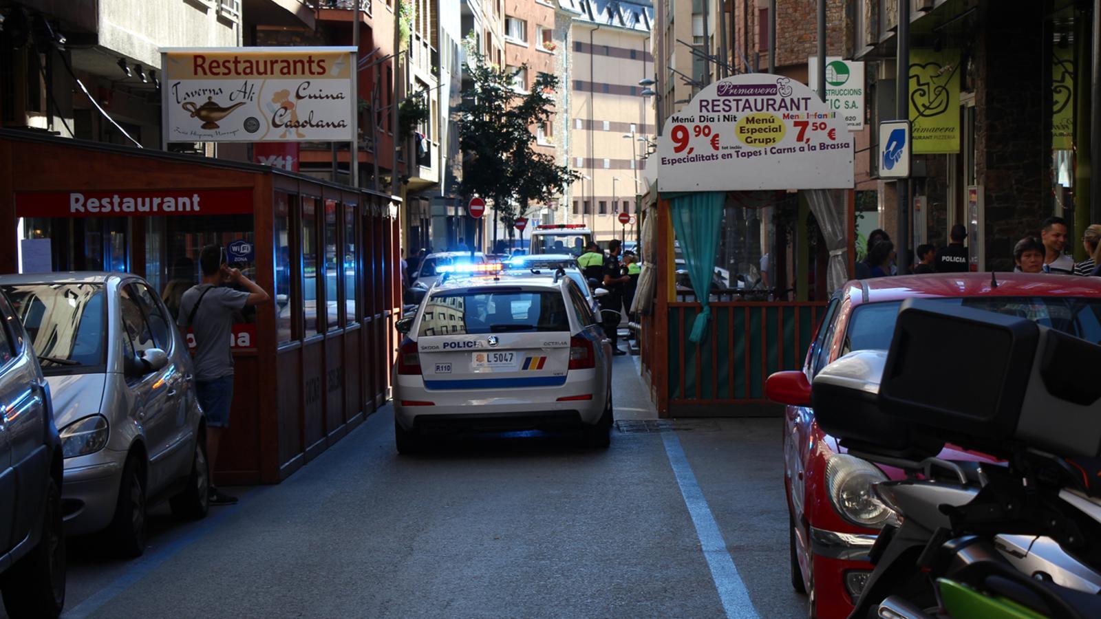 Imatge d'arxiu d'una intervenció policial en un carrer d'Andorra la Vella. / M. B. (ANA)