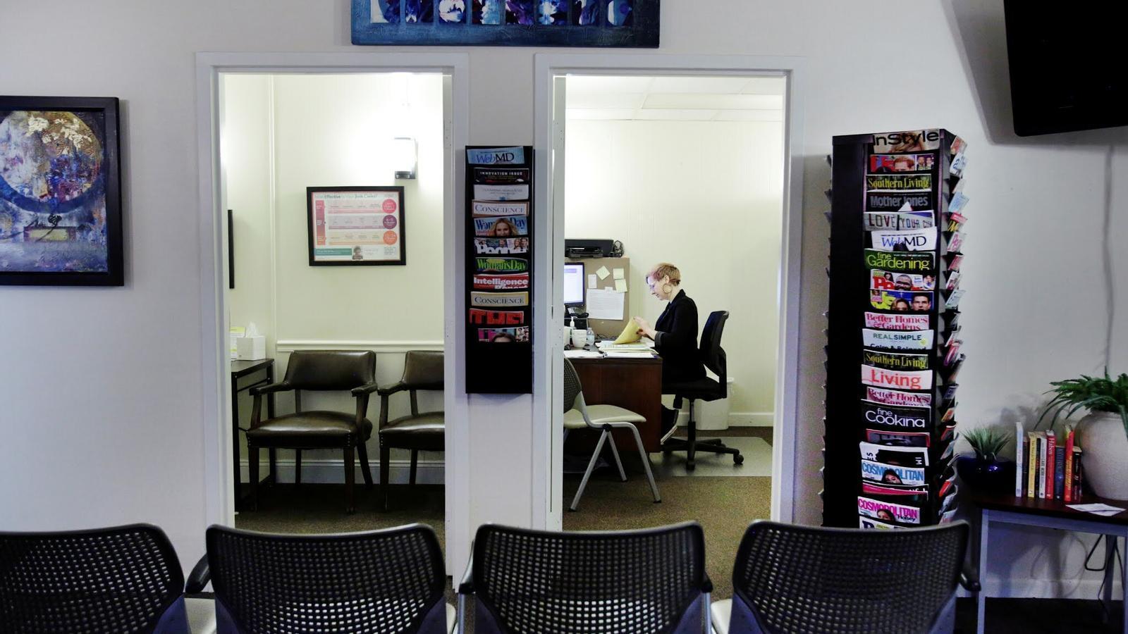 Una treballadora d'una clínica en què es practiquen avortaments treballa a la seva oficina, en una imatge d'arxiu