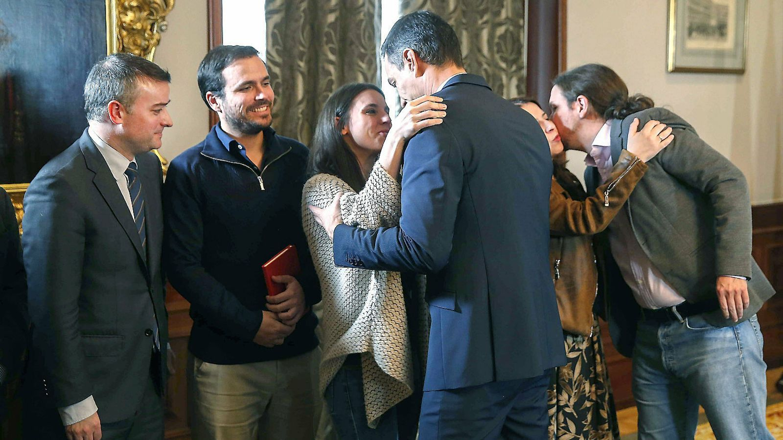Irene Montero i Pedro Sánchez saludant-se dimarts en la signatura de l'acord de govern.