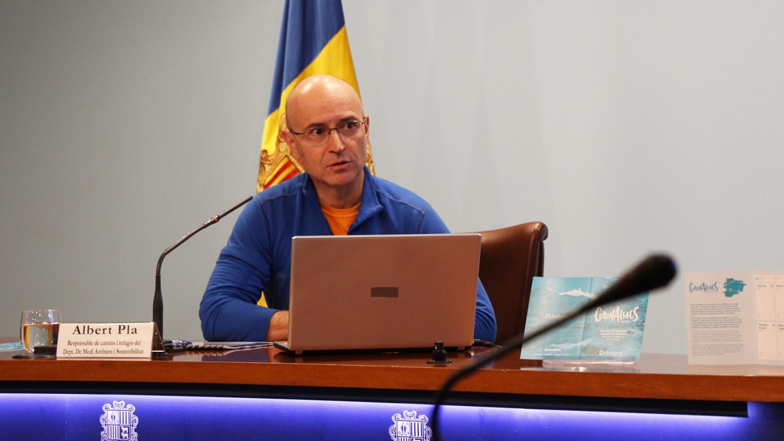 El responable de camins i refugis del departament de Medi Ambient i Sostenibilitat, Albert Pla, durant la roda de premsa d'aquest dimecres. / M. P. (ANA)
