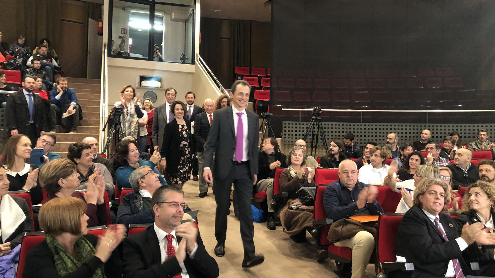 La investigadora Alícia Sintes retreu al Ministre Pedro Duque que fa tasques de secretària
