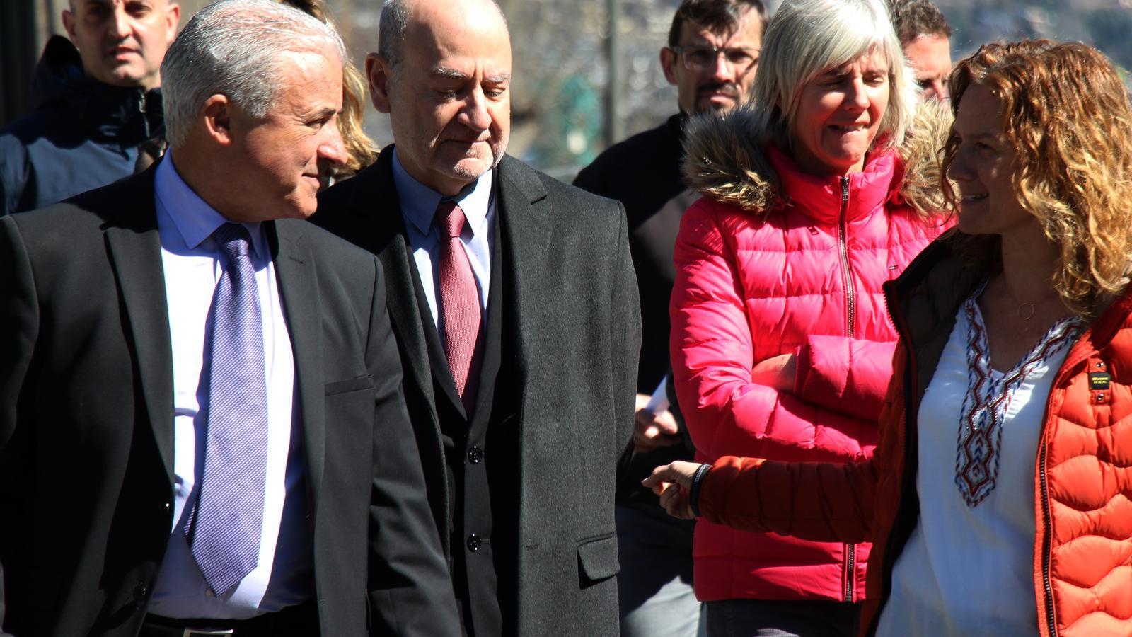 La ministra de Medi Ambient, Agricultura i Sostenibilitat en funcions, Sílvia Calvó, acompanyada pel president de la Federació de Caça i Pesca, Josep Maria Cabanes, i de Manel Riera, director d'Ordenament Territorial. / M. R. F.