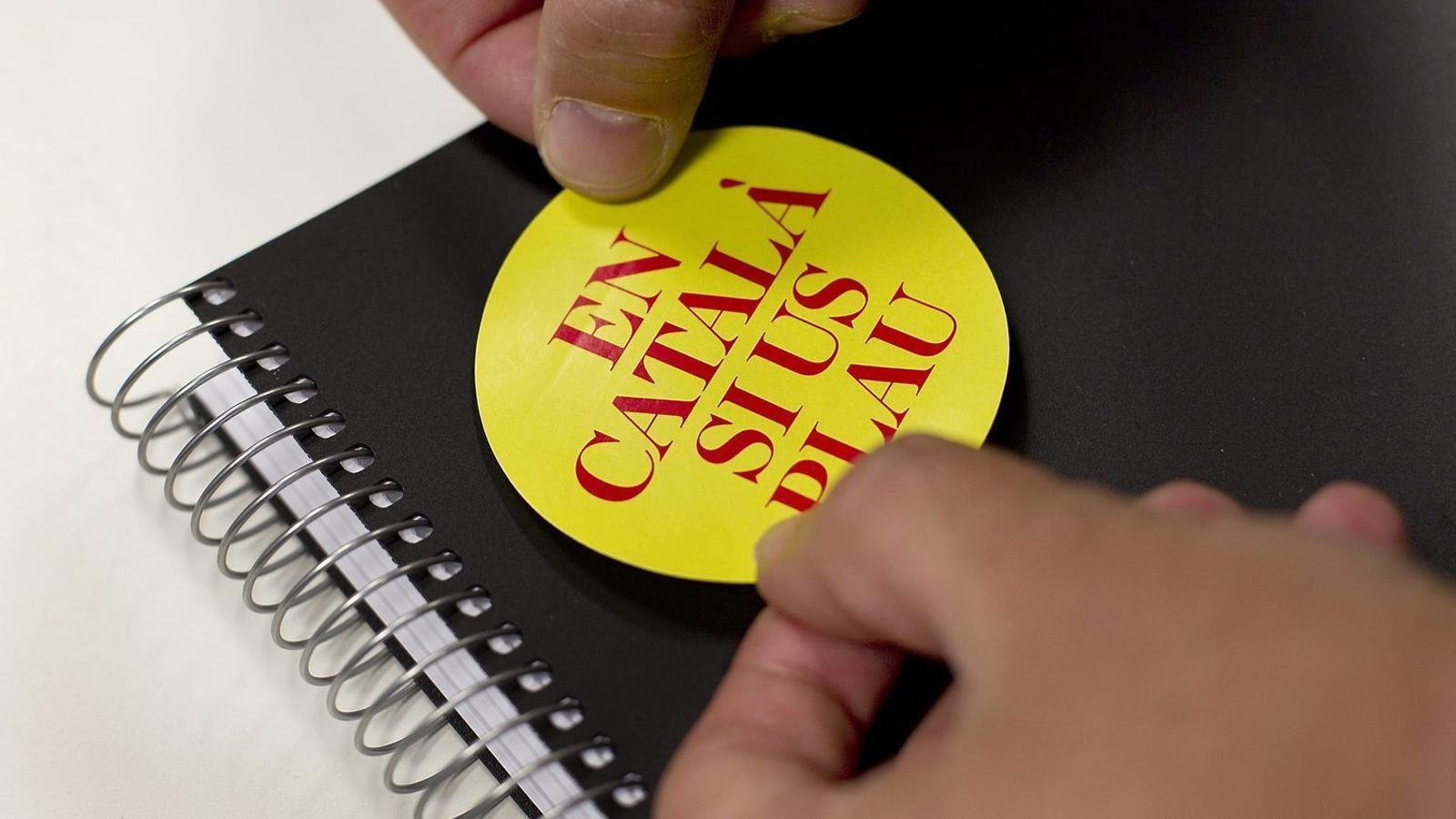 Adhesiu d'una campanya per a l'etiquetatge en català. Actualment les grans debilitats  de la llengua són en altres aspectes.