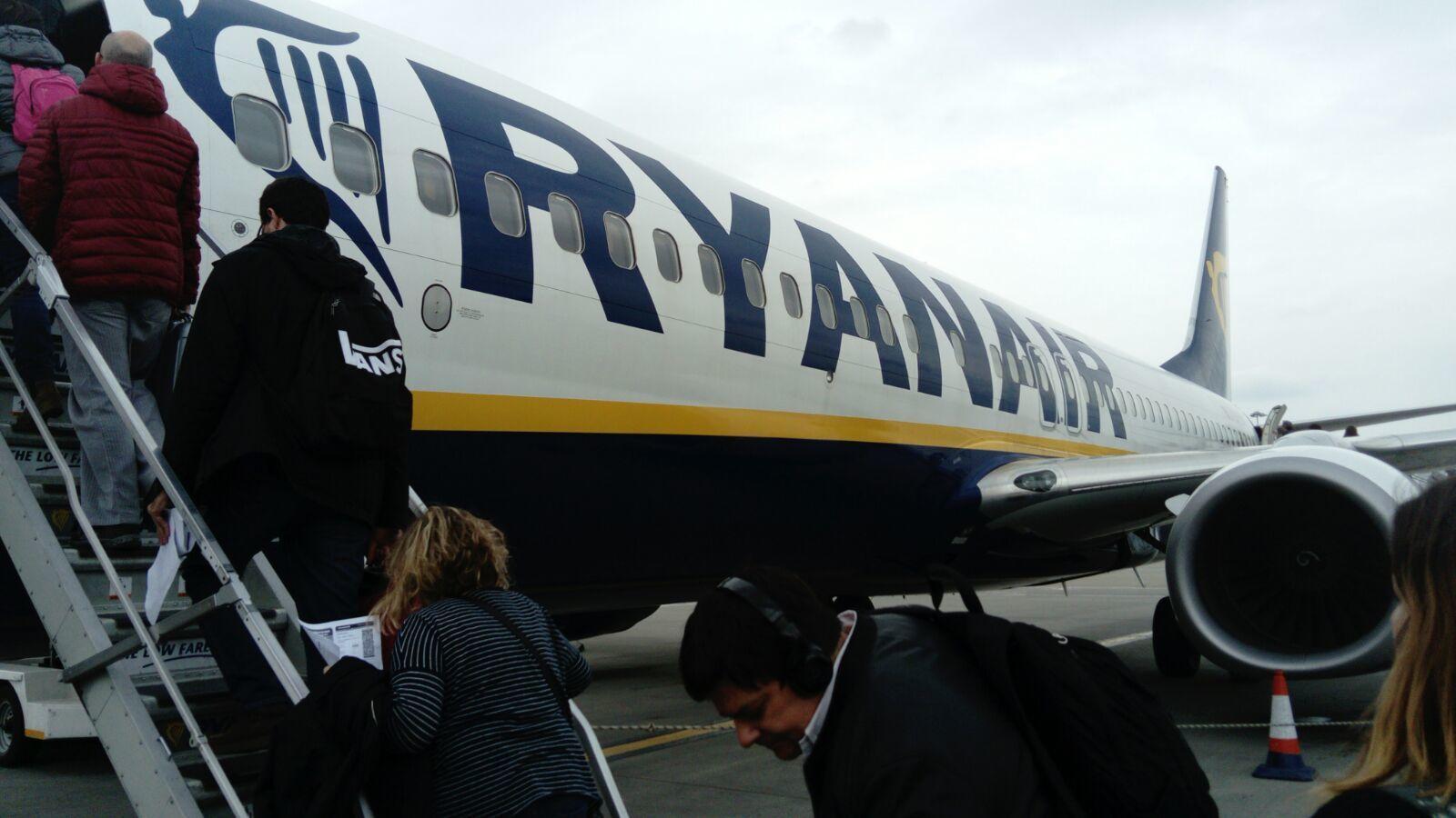 Un avió de Ryanair, a la pista de l'aeroport de Stansted / QUIM ARANDA