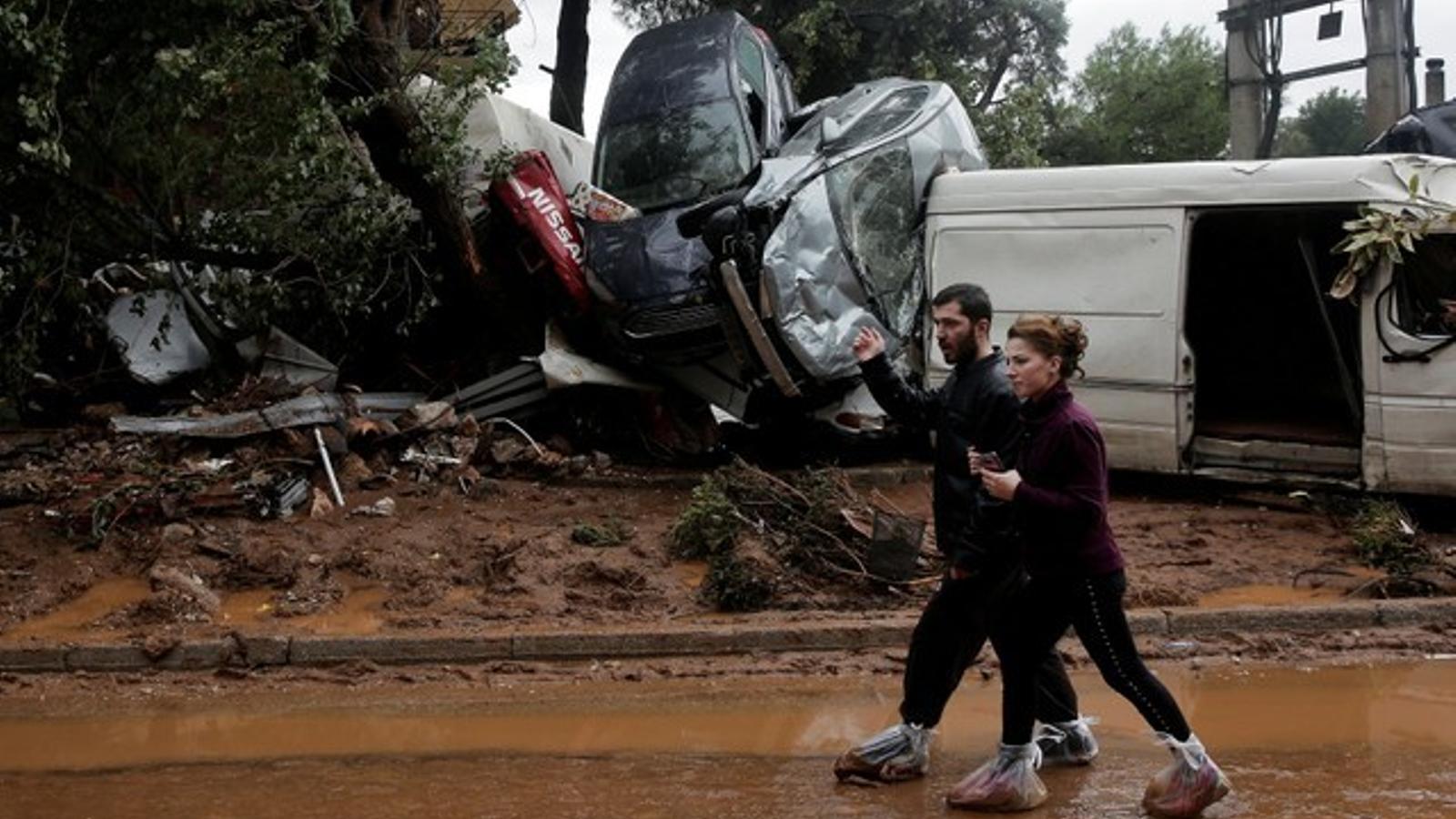Les pluges fortes han arrossegat cotxes amb facilitat / Alkis Konstantinidis REUTERS