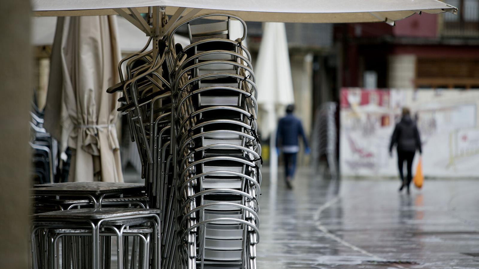 El Govern tanca bars i restaurants i limita al 30% l'accés als comerços