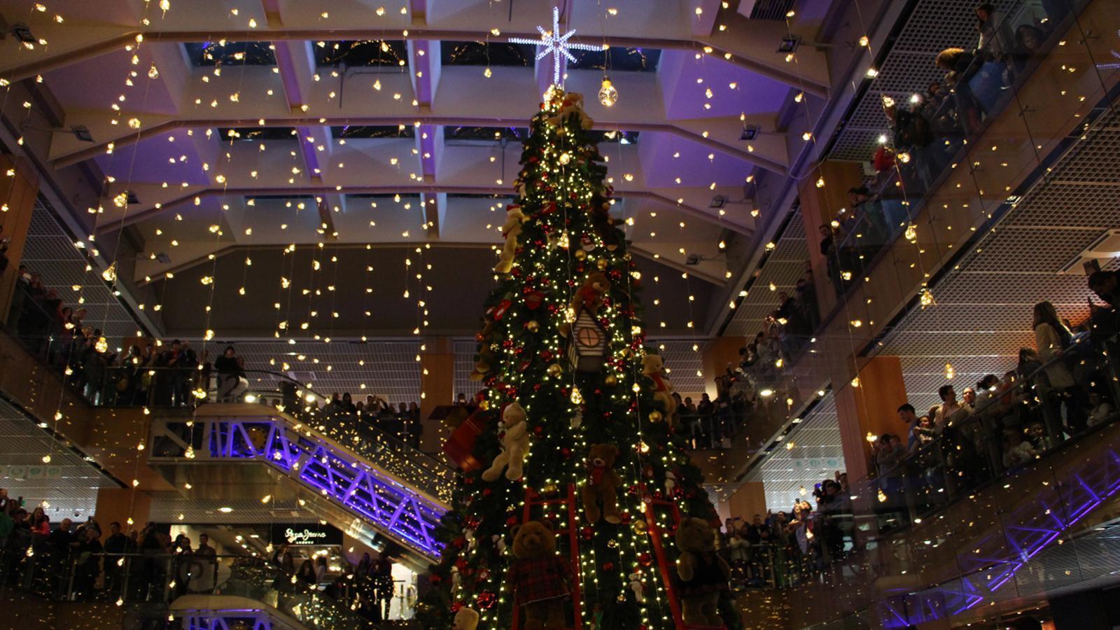 L'arbre de Nadal i els llums encesos al centre comercial illa Carlemany. / L. M. (ANA)