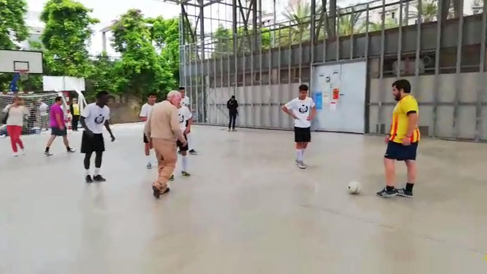 L'alcaldable d'ERC, Ernest Maragall, jugant a futbol durant la campanya.