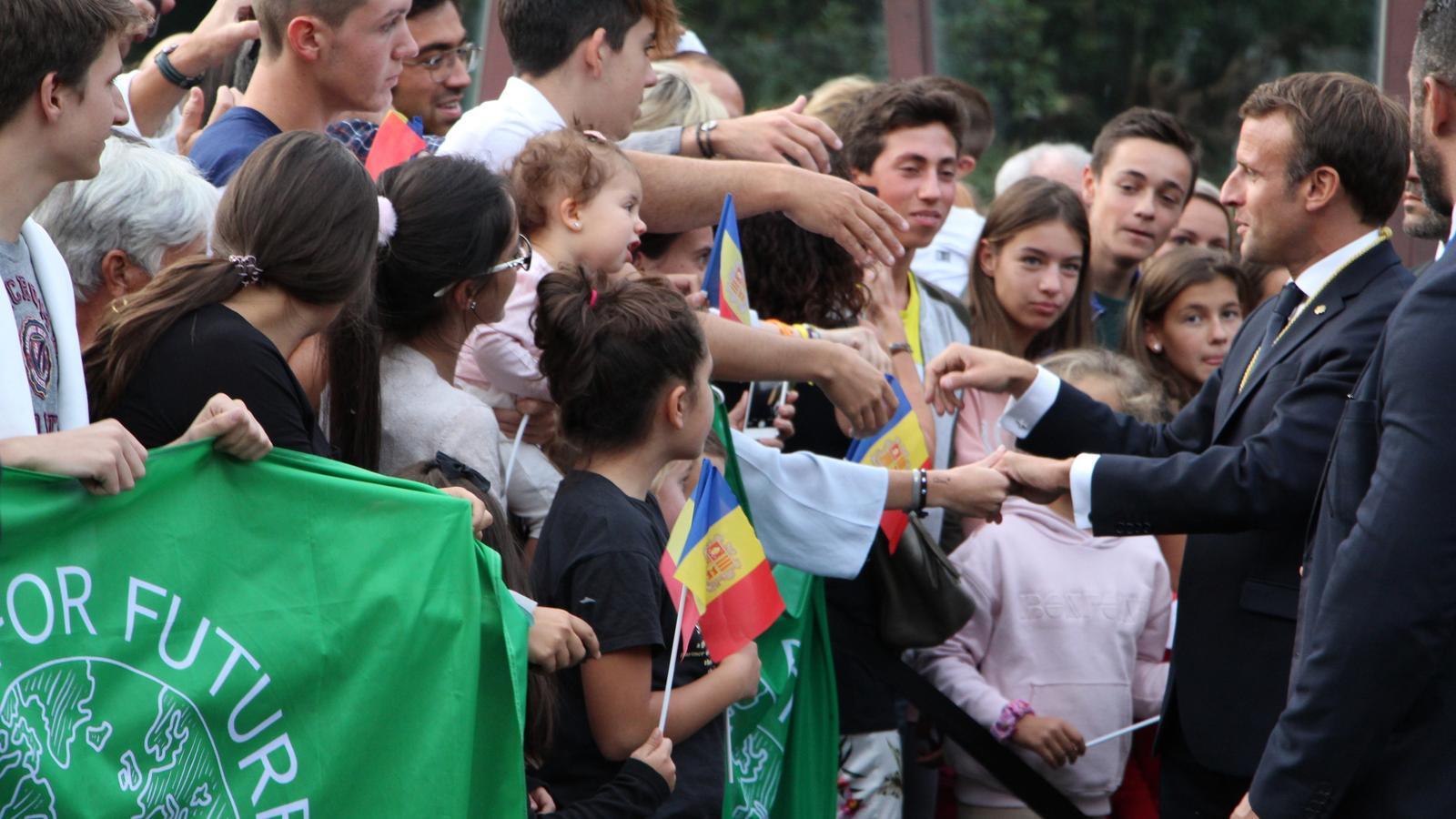 Macron saludant als ciutadans que s'han acostat per veure'l. / T.N.