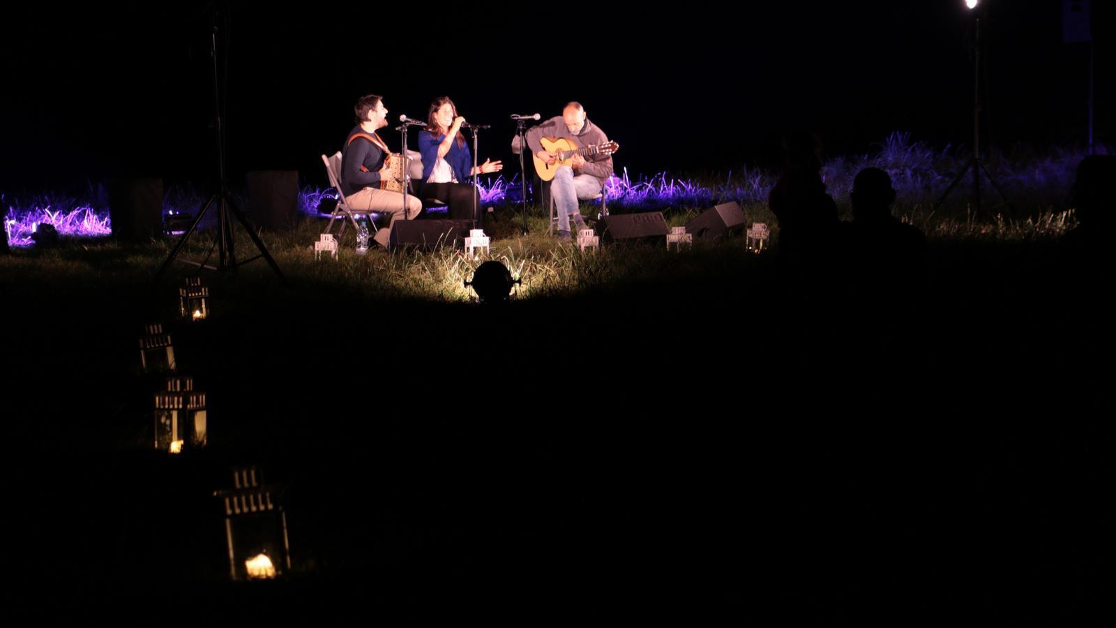 L'agrupació Odara Trio toca als peus del llac d'Engolasters. / E.C. (ANA)