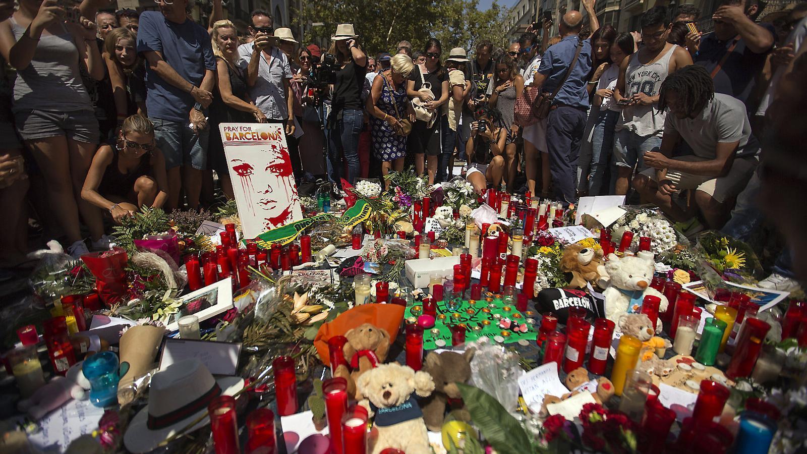 Les ofrenes amb flors i joguines que es van fer a la Rambla com a homenatge a les víctimes.