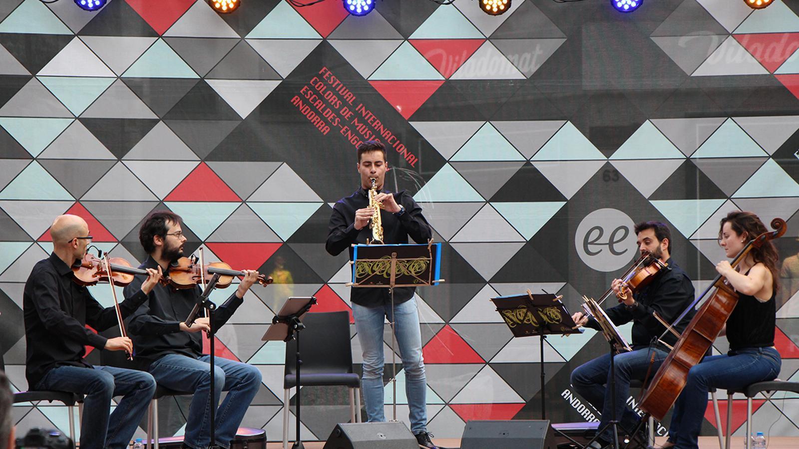 El quartet de l'ONCA i el saxofonista Jesús Reneses Quintero interpetant 'Hivern' d'Antonio Vivaldi. / P. R.