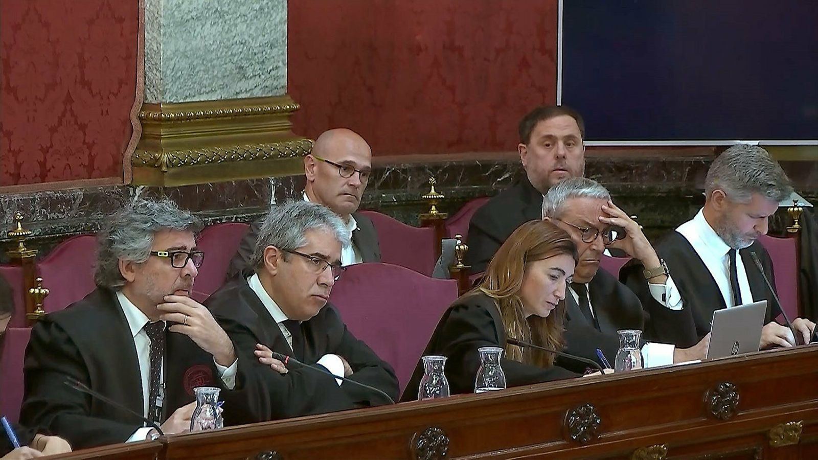 Els advocats Adreu Van den Eynde, Xavier Melero i Judit Gené amb Oriol Junqueras en segon pla al Suprem.