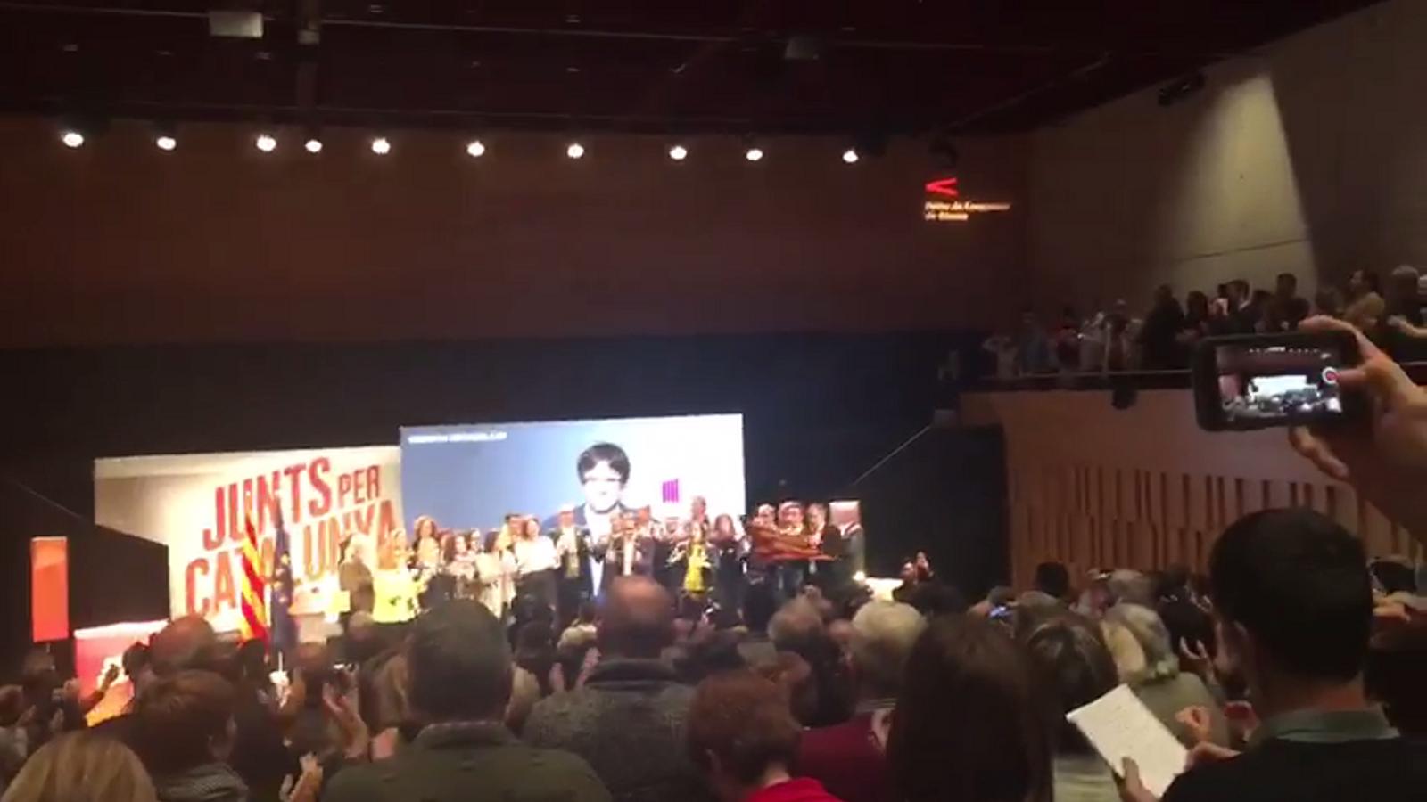 Crits de 'És Puigdemont el nostre president' a l'acte de JxCat a Girona